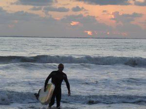 fin de journée pour les surfeurs à saint jean de monts