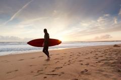 surfeur-au-couchant-à-Saint-jean-de-Monts